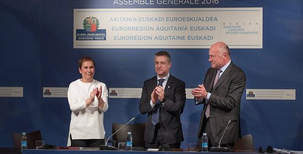 Uxue Barkos, Iñigo Urkullu y Alaun Rousset en Vitoria-Gasteiz, tras acordar la incorporación de Navarra a la Eurorregión. Fuente: Gobierno de Navarra