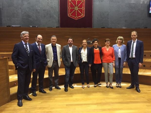 Jokin Castiella Imaz (der) junto con el grupo parlamentario de Geroa Bai. Fuente: Geroa Bai