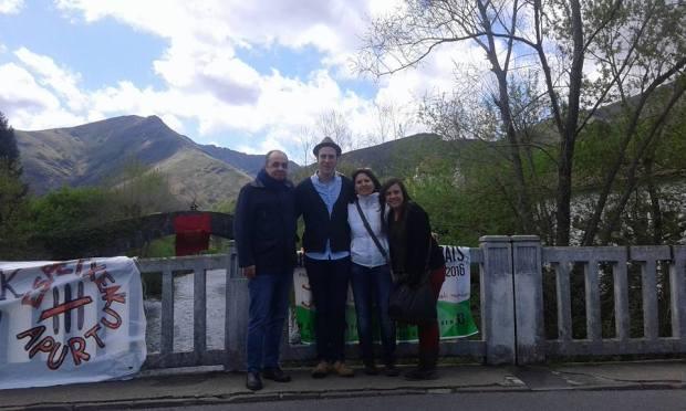 """Fernando Lizarbe (izq), creador de Geroa Bai Argentina, presente en el """"Nafarroaren Eguna"""" junto a otros miembros de Geroa Bai"""