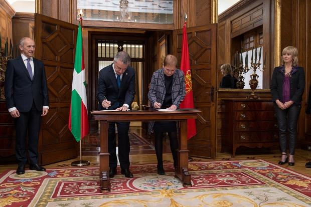 Iñigo Urkullu y Uxue Barjos firmando el protocolo en Ajuria Enea