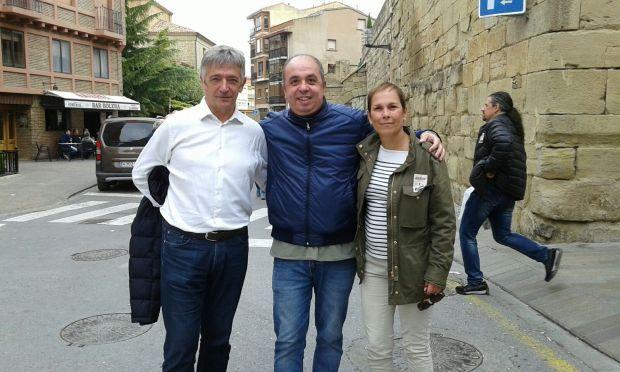 Fernando Lizarbe, promotor de Geroa Bai Argentina, junto con Koldo Martínez y Uxue Barkos en el Nafarroa Oinez (Viana)